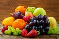 Früchte Mango, Zitrone, Pflaume, Traube, Birne, Orange, Apple, Banane, Stockfotos