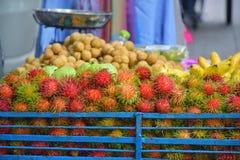 Früchte setzten sich im Verkauf in Straßen-Lebensmittel am Nachtmarkt, Khaosan-Straße lizenzfreies stockfoto