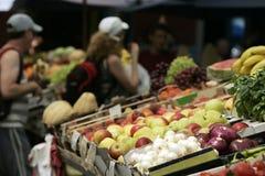 Früchte u. Gemüse auf Markt Stockbild