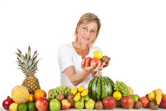 Früchte und blonde nette Frau Lizenzfreie Stockfotos