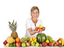 Früchte und blonde nette Frau Lizenzfreie Stockfotografie