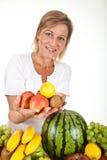 Früchte und blonde nette Frau Lizenzfreies Stockbild