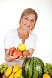 Früchte und blonde nette Frau Stockbild