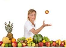 Früchte und blonde nette Frau Lizenzfreies Stockfoto