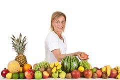 Früchte und blonde nette Frau Stockbilder