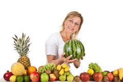 Früchte und blonde nette Frau Lizenzfreie Stockbilder