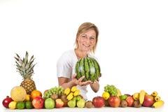 Früchte und blonde nette Frau Stockfoto