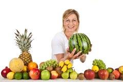Früchte und blonde nette Frau Stockfotos