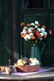 Früchte und Blumen auf dem Tisch stockbilder
