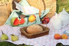 Früchte und Brot an einem Picknick Stockbild