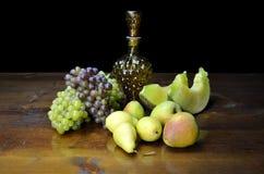 Früchte und geformte Flasche der Traube Stockbilder