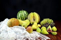 Früchte und Häkelarbeitspitzetischdecke Stockfoto