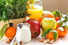 Früchte und Joghurt. Stockbild