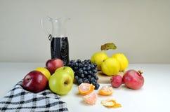 Früchte und Krug mit Wein Lizenzfreie Stockbilder