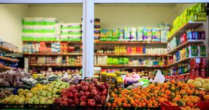Früchte und Oliven in der Reihe Unscharfe Produkte im Marktspeicher Weicher Fokus Stockfotografie