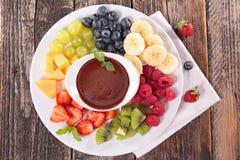 Früchte und Schokoladenbad Lizenzfreie Stockfotografie