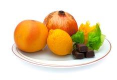 Früchte und sweetes auf Platte Lizenzfreies Stockbild