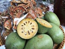 Früchte von Aegle-marmelos oder Bael oder indisches bael oder Bengal-Quitte oder goldene Apfel- oder japanischePomeranze oder Hol Lizenzfreies Stockbild