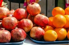 Früchte von Granatäpfeln und von Orangen werden auf der Straße verkauft Stockbilder