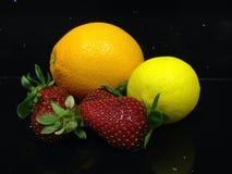 Früchte: Zitrone, Orange, Erdbeeren stockfotografie