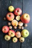 Früchte, Zwiebeln und Nüsse liegen auf einer alten Weinlesetabelle lizenzfreie stockbilder