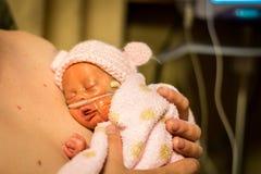 Frühchenbaby, das Haut genießt, um mit Vati zu enthäuten lizenzfreie stockfotos