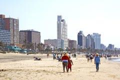 Frühe Morgenmenschen auf Addington-Strand in Durban Lizenzfreie Stockfotografie