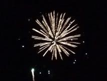 Frühe Nachtzeit der Feuerwerksmontage Stockfoto