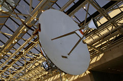 Frühe Satellitenschüssel im Museum Stockbilder