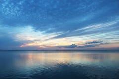 Frühe Sonnenuntergang oceanscapae vor Südfeldgeistliche-Insel Texas lizenzfreies stockfoto