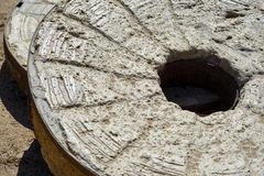 Früher amerikanischer Mühlstein benutzt für das Reiben von Mais nahe mexikanischer Grenze stockbild