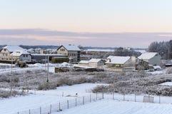 Früher eisiger Morgen, Dämmerung im Winter im Dorf lizenzfreie stockbilder