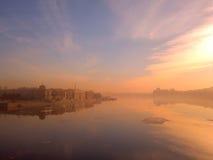 Früher Morgen auf dem Fluss in der Stadt Stockfotografie