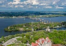 Früher Morgen auf dem Fluss Dnieper, reflektierten sich Gebäude im Wasser Dnepropetrovsk, Ukraine Stockfotos