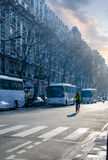Früher Morgen, berühren erste Strahlen der Sonne die Straßen von Paris Stockbild