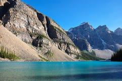 Früher Morgen der See-Moraine in allen ist es Schönheit, Alberta, Kanada Lizenzfreie Stockbilder