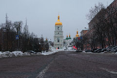 Früher Morgen in der Stadt Verlassene Straße Eine Ansicht des St. Sophia Cathedral und Monument zu Bogdan Khmelnitsky Kyiv ukrain Stockbilder