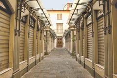 Früher Morgen des Einkaufssäulengangs in Lucca, Toskana Lizenzfreie Stockfotografie