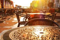 Früher Morgen des Straßenkaffee. Steigende Sonne Lizenzfreie Stockbilder