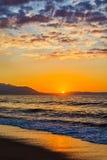 Früher Morgen, drastischer Sonnenaufgang über Meer Fotografiert in Asprovalta, Griechenland lizenzfreie stockfotos