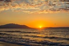 Früher Morgen, drastischer Sonnenaufgang über Meer Fotografiert in Asprovalta, Griechenland lizenzfreies stockfoto