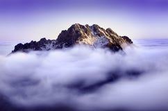 Früher Morgen in einem niedrigen Fatra, mitten in Bild ist Hügel und um ihn ist ein Nebel Natürlicher Hintergrund mit blauer Farb Lizenzfreies Stockbild