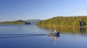 Früher Morgen-Fischerboot auf dem inneren Durchgang lizenzfreie stockfotos