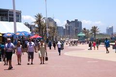Früher Morgen-Menge ein Strand Front Promenade Lizenzfreie Stockbilder