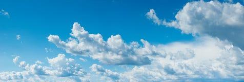 Früher Morgen mit hellen flaumigen Wolken Stockfotografie