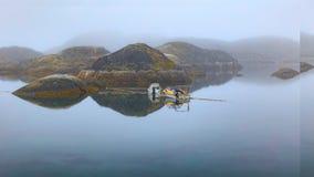 Früher Morgen-Nebel in Sisimiut, Grönland stockfotos