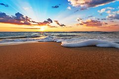 Früher Morgen, Sonnenaufgang über Meer stockfotografie