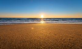 Früher Morgen, Sonnenaufgang über Meer lizenzfreie stockbilder