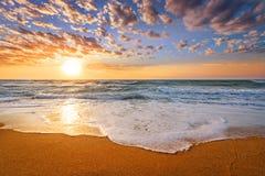 Früher Morgen, Sonnenaufgang über Meer Goldene Sande lizenzfreie stockfotos