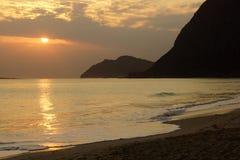 Früher Morgen-Sonnenaufgang auf Waimanalo-Bucht, die in die Wolken einsteigt und Stockfotografie